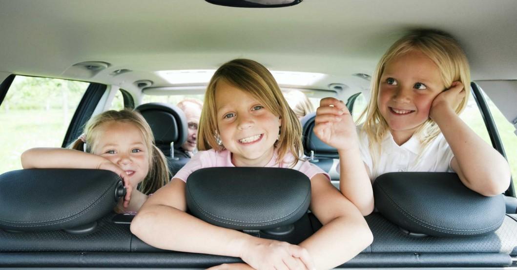 dzieci-wakacje-samochod